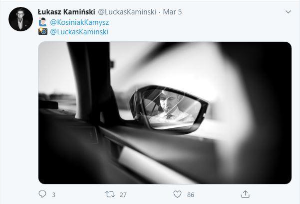 Odbicie w lusterku samochodowym twarzy Władysława Kosiniaka-Kamysza