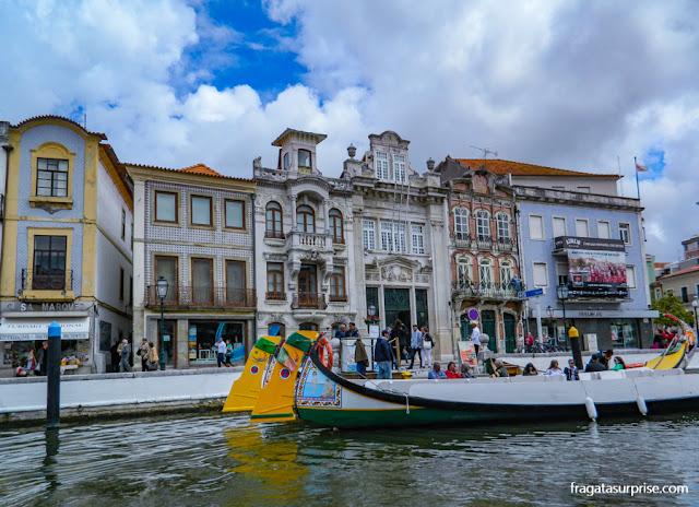 Construções em Arte Nova e moliceiros no Canal Central de Aveiro, Portugal