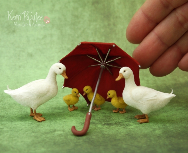 06-Pekin-Duck-Family-Kerri-Pajutee-Miniature-Sculpture-that-look-Real-www-designstack-co