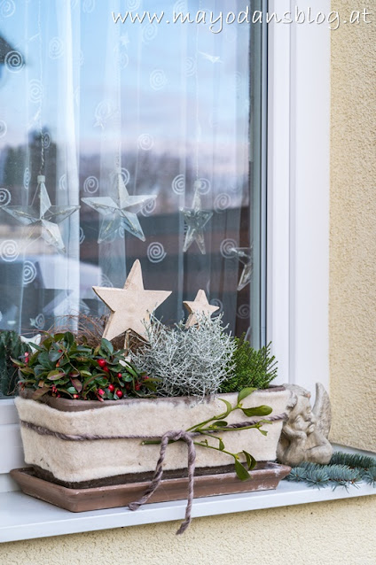 Blumenkästen mit Weihnachtsdeko
