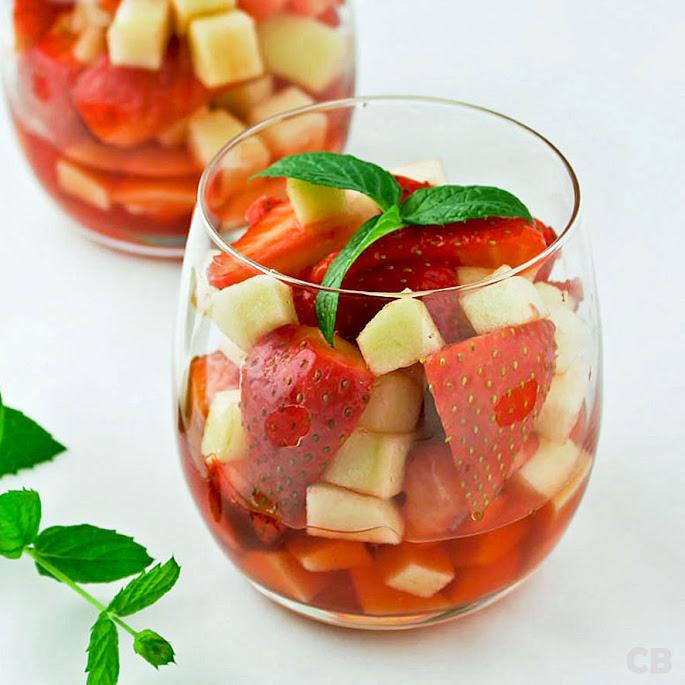 Recept Aardbeien-appelsalade met bosaardbeitjeslikeur