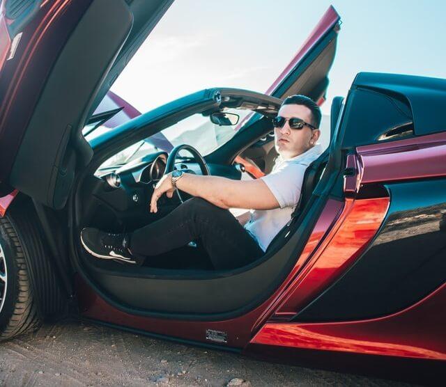 homem rico em um carro