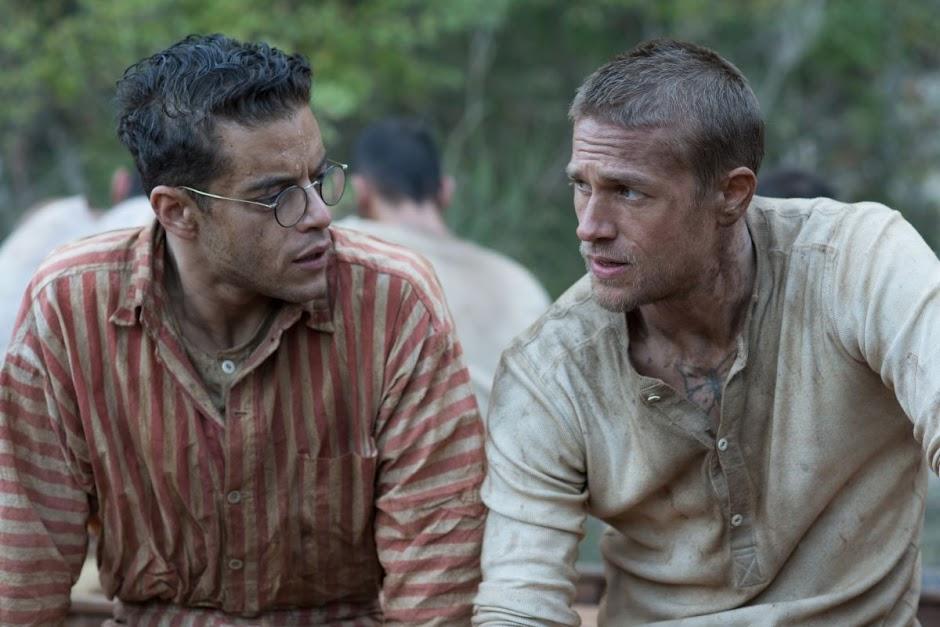 """Charlie Hunnam e Rami Malek tentam escapar da prisão no trailer de """"Papillon"""""""