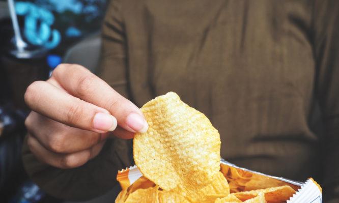 Η επιστήμη εξήγησε το γιατί δεν μπορούμε να σταματήσουμε να τρώμε πατατάκια…