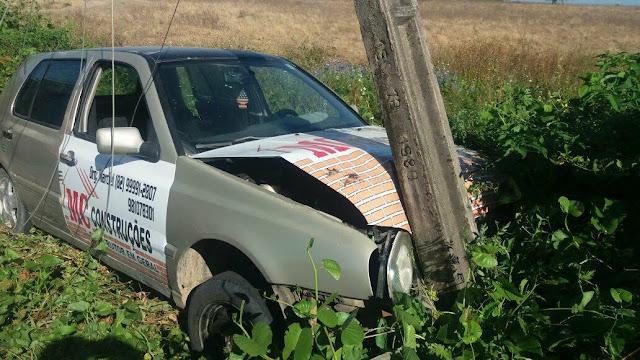 Em Delmiro Gouveia, motorista colide em poste após perder  controle de direção do veículo