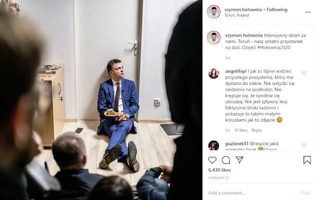 Szymon Hołownia siedzi na podłodze po spotkaniu z wyborcami