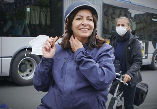 """Paris : la fronde d'Hidalgo contre les bus """"pour rendre la capitale cycliste...!"""""""