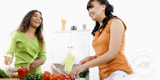Panduan Makan Secara Sihat  |Bagi kita yang mempunyai masalah lebihan berat badan atau obesity, sudah pasti mempunyai impian untuk mengurangkan berat badan. Terutamanya di awal tahun 2017 ini.  Tidak terlepas juga bagi orang yang mempunyai berat badan yang ideal juga semestinya akan cuba sedaya upaya untuk mnegekalkan berat badan.  Pendapat AM, untuk mengurangkan berat badan yang berlebihan perkara yang mudah sahaja TETAPI untuk mengekalkan berat badan yang ideal adalah perkara yang paling menakutkan. Ini terjadi kepada AM sendiri sebelum ini.  Sekiranya anda yang mempunyai berat badan yang berlebihan telah menanam impian untuk mengurangkan berat badan, jangan sesaki mengurangkan pengambilan makanan secara extrim yang kononnya untuk diet. Tindakan ini tidak akan membantu untuk anda untuk menurunkan berat badan secara berkekalan.  Cara paling selamat dan berkekalan dengan berat badan yang ideal adalah dengan mengamalkan Panduan Makan Secara Sihat dan peningkatkan aktiviti fizikal.   Selain Makan Secara Sihat, aktiviti fizikal juga sebahagian daripada program yang wajib anda lakukan untuk mengurangkan berat bada. Luangkan sedikit masa anda untuk melakukan aktiviti fizikal seperti berjalan-jalan di taman, berkebun, mencuci kawasan rumah, membasuh kereta di rumah dan sebagainya. Apa yang penting adalah badan anda mampu untuk mengeluarkan peluh dengan aktiviti fizikal tadi. Boleh juga membaca Faedah Berjalan Kaki merupakan aktiviti fizikal yang paling mudah untuk dilakukan oleh sesiapa sahaja.  Banyak petua dan tips yang boleh menurunkan berat badan yang AM pernah kongsikan, seperti :-   5 PERKARA PERLU DIELAKKAN UNTUK KURUS 9 Cara Kuruskan Badan Tips Paling AWESOME untuk Kurus Sepanjang Zaman... Kuruskan Lengan Korang Yang Gemuk 7 TIPS HILANGKAN PERUT BUNCIT DENGAN CEPAT Tips Untuk Konsisten Dengan Berat Badan Yang Ideal 5 Tanda Diet Kita Berjaya  Banyak petua dan tips di kongsikan yang anda boleh amalkan. Sebagai tambahan daripada petua dan tips untuk menurunkan berat 
