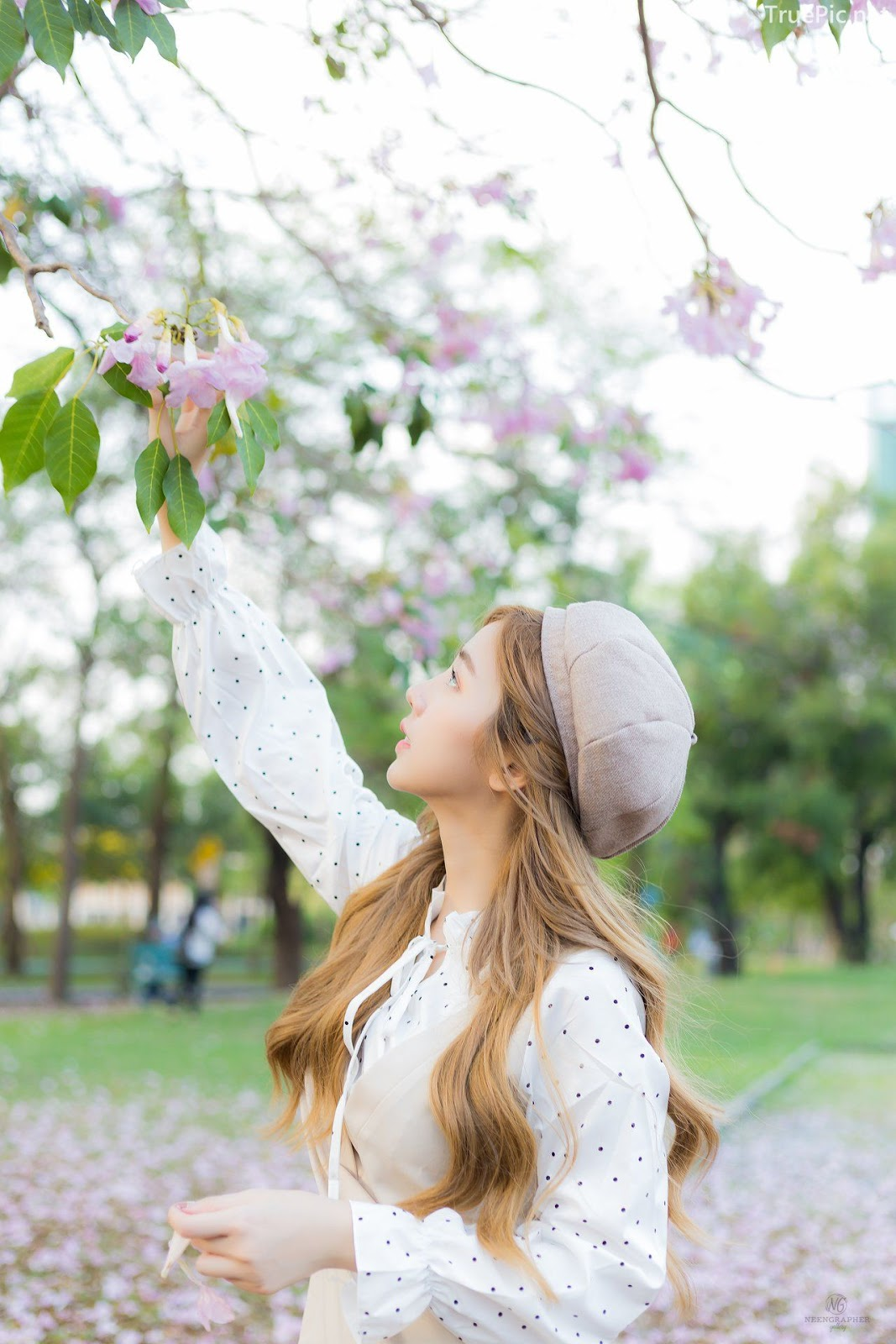Thailand cute model Nilawan Iamchuasawad - Beautiful girl in the flower field - Photo by จิตรทิวัส จั่นระยับ - Picture 1