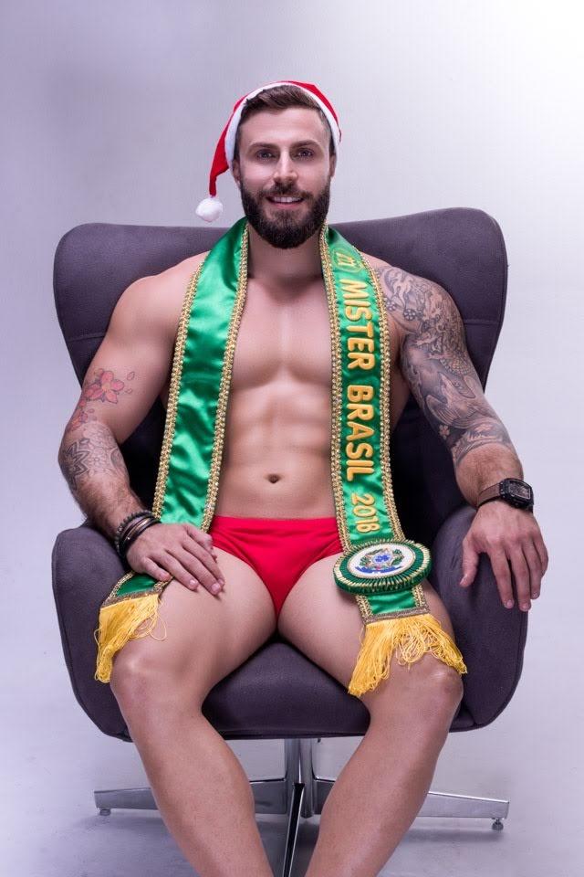 Gabriel Ximenez, Mister Brasil 2018, posa para ensaio em clima natalino. Foto: Rubens Apolinário