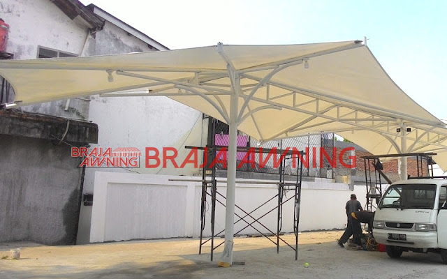Tenda membrane di daerah bemain publik