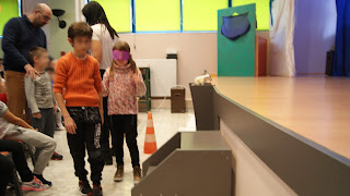 Ζευγάρι Παιδιών κάνει βιωματικό με μάσκα