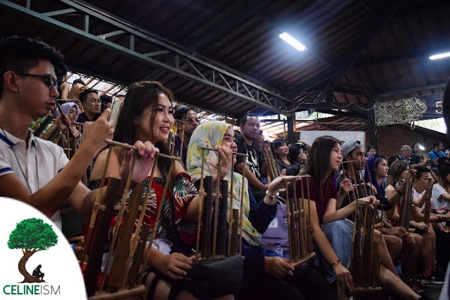 how to play angklung
