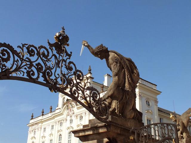 Gigantes en la entrada del castillo de Praga