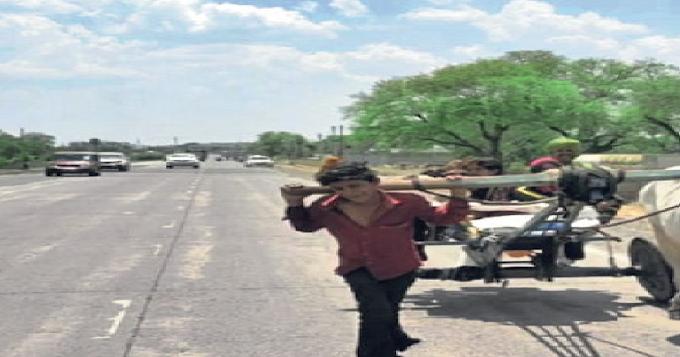 અડધા રસ્તે પૈસા ખૂટી ગયા તો 15 હજારનો બળદ 5 હજારમાં વેચ્યો, 15 વર્ષના દીકરાને ગાડા સાથે જોતરી દીધો
