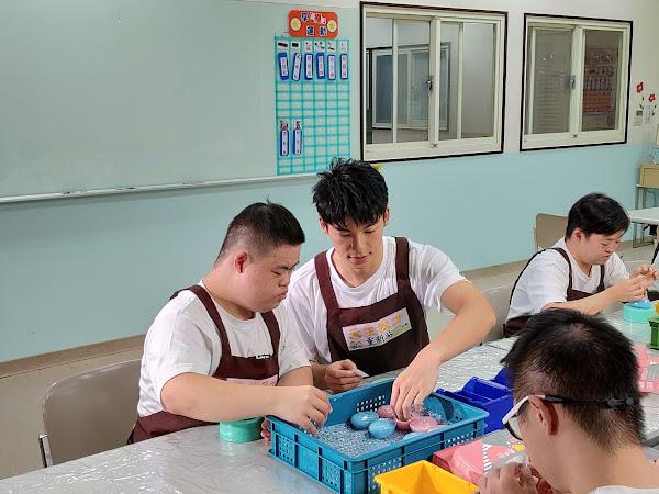 許光漢前往唐氏症基金會辦理小作所,體驗製作手工皂
