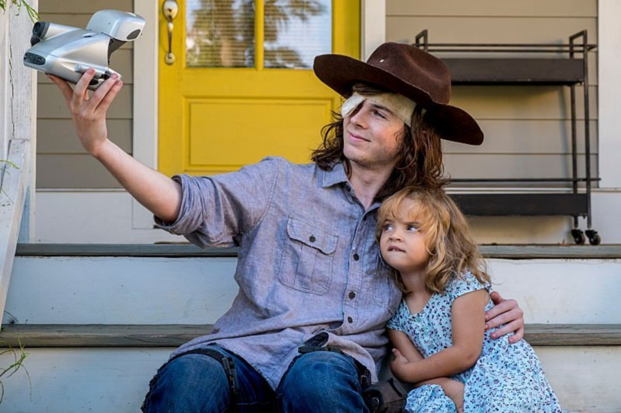 Carl y Judith en el episodio 8x09 de The Walking Dead