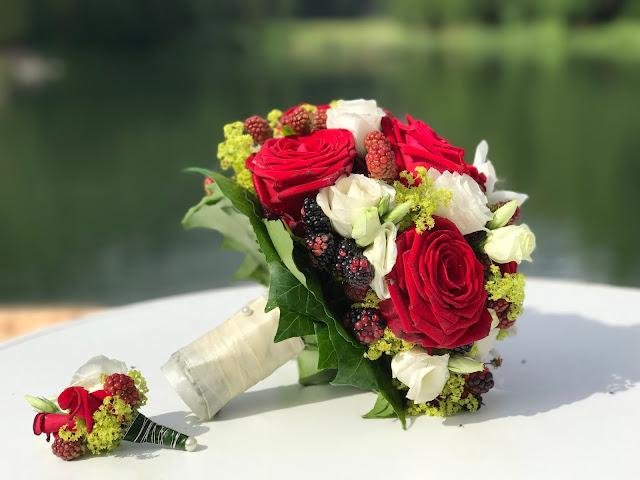 Brautstrauß in Rot, Grün, Weiß, Bunte Sommerblumen-Hochzeit am See und in den Bergen, Riessersee Hotel Garmisch-Partenkirchen, Bayern, nahe der Zugspitze, Hochzeitsplanerin Uschi Glas