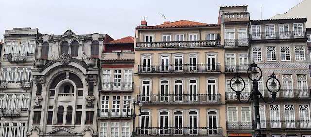 conjunto de fachadas no Centro Histórico do Porto.