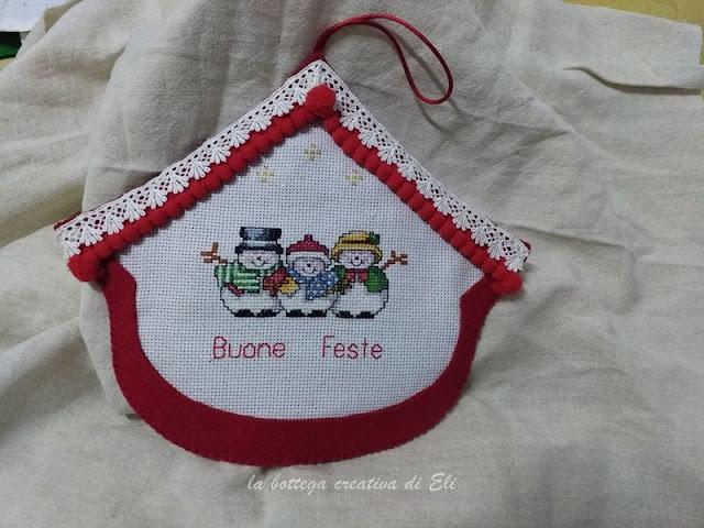 tutoria-fuoriporta-Natale-a-forma-di-casetta-in-feltro-e-ricamo
