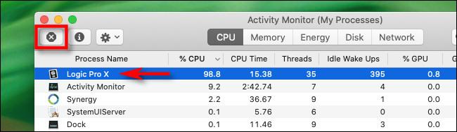 """في مراقب النشاط على نظام Mac ، حدد العملية وانقر فوق الزر """"إيقاف""""."""