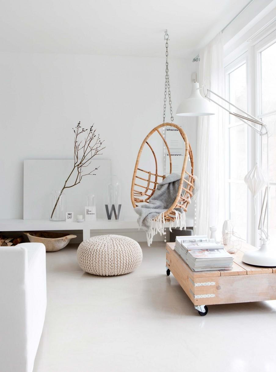 estilo nordico, decoracion nordica, silla colgante, columpio, puf, puff, sofa kivik, blanco, mesa palet, revista, letras decorativas, manta