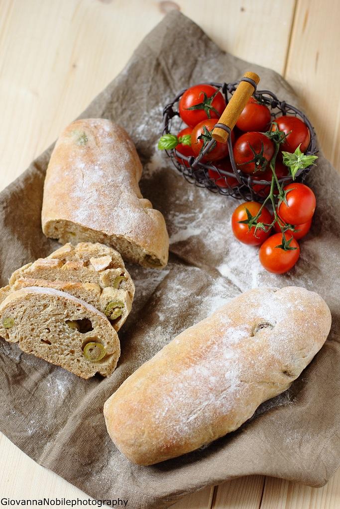 Filoncini di farina semi integrale 2 all'olio extravergine di oliva e farciti con olive verdi