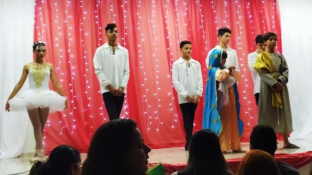 Estudantes de Balé da Escola Os Anjinhos na apresentação de Natal da escola em Panelas-PE.