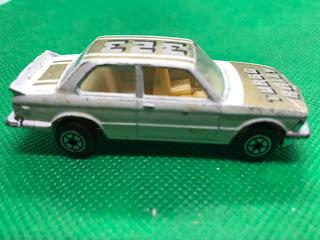 BMW 320i TURBORALLY のおんぼろミニカーを側面から撮影