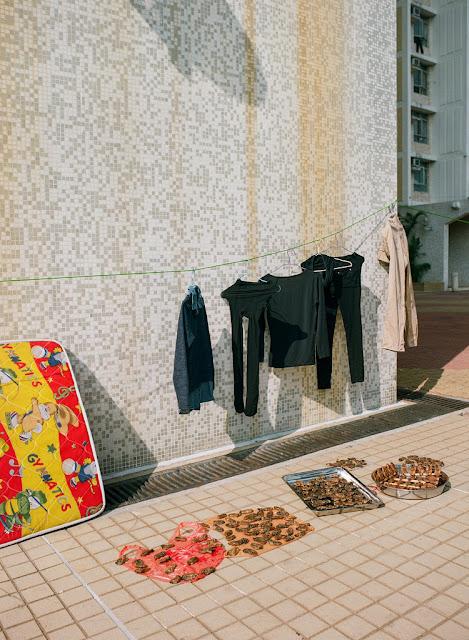 Một trong những địa điểm dùng để phơi đồ mà Jimmi Ho thấy lạ lẫm nhất, đó là móc quần áo lên tay vịn của cầu bộ hành.