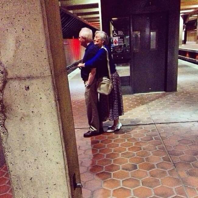 20 Exhilarating Images That Show Love Has No Age Limits - Cuddle in public