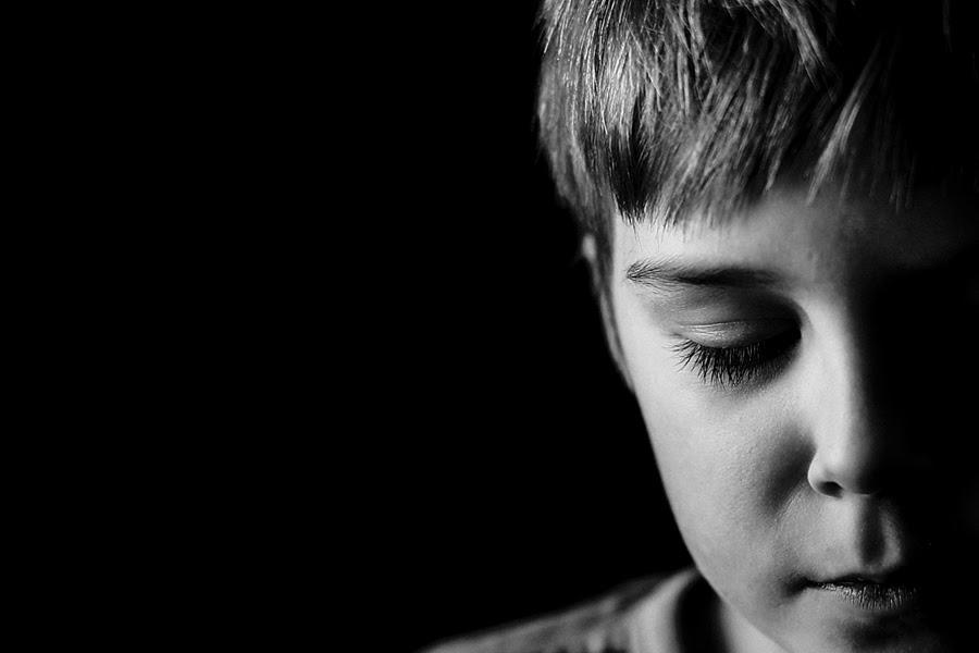 Portret dziecięcy w klasycznej czerni i bieli  - Zobacz więcej