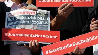 """Ανελέητο """"κυνήγι"""" δημοσιογράφων στην Τουρκία: Στη φυλακή 13 στελέχη της Cumhuriyet"""