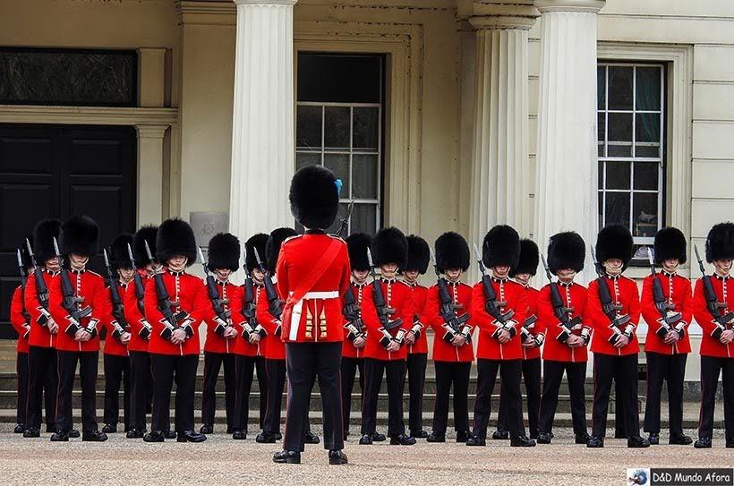 Inspeção da News Guards no quartel Wellington Barracks: troca da guarda em Londres