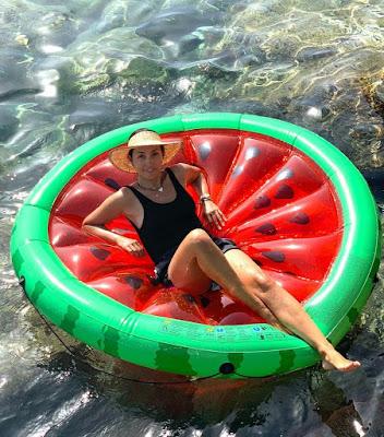 Caterina Balivo mare vacanze materasso gonfiabile a forma di anguria