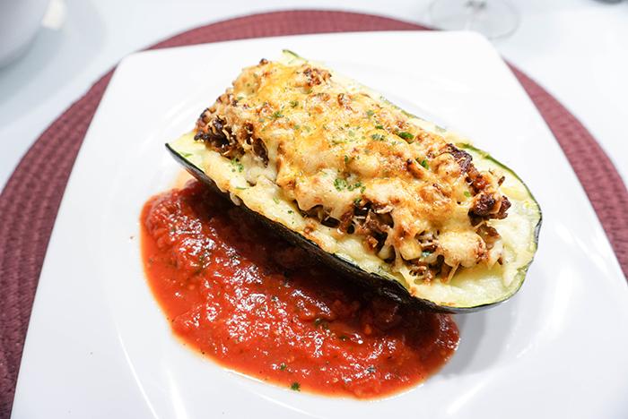 Gefüllte Zucchini mit Faschiertem und Käse überbacken