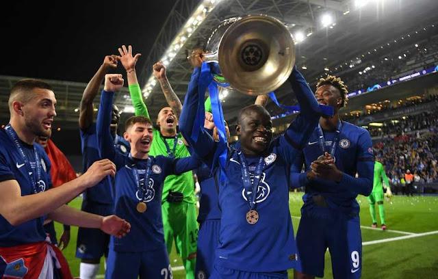 Kante mengangkat Trofi Liga Champion