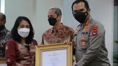Kombes Hari Brata Terima Penghargaan dari Menteri PPPA Gusti Ayu Bintang