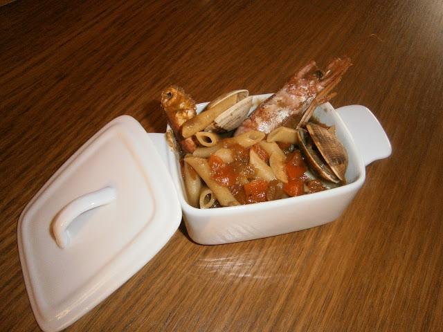 Macarrones caldosos con marisco.