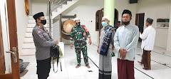 Pastikan Penerapan Protokol Kesehatan, Babinsa Dan Bhabinkamtibmas Ikuti Ibadah Sholat Tarawih