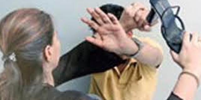 युवती ने कांग्रेसी जनपद अध्यक्ष पति को सरेआम चप्पल से पीटा | JABALPUR MP NEWS