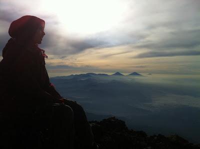 Gambar gadis berhijab di sebuah gunung
