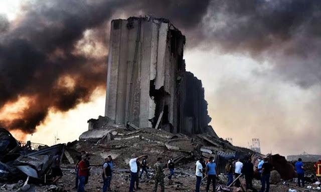 """سيارة تشتعل جراء الانفجار المدمر الذي ضرب مرفأ بيروت فيديو يكشف حقيقة """"الصاروخ"""" الذي ضرب مرفأ بيروت قبيل الانفجار"""