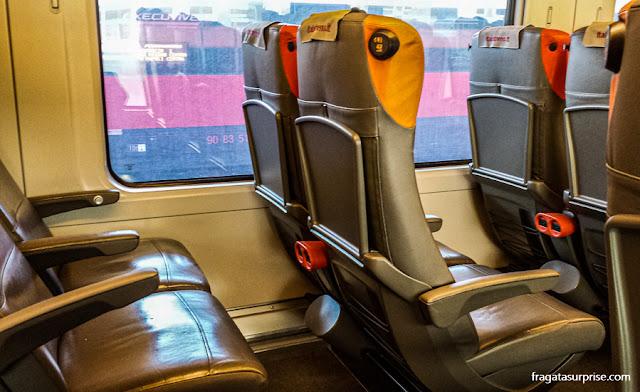 Espaço entre as poltronas no trem da Ítalo de Bolonha para Roma