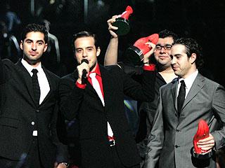 Foto de la banda Panda feliz con premio