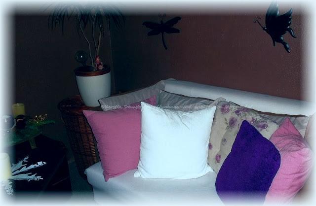Lila Pause Zuhause auf dem Sofa