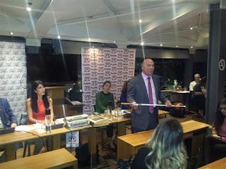 Ο Μένιος Σακελλαρόπουλος παρουσιάζει στο κοινό το λευκό μπαστούνι