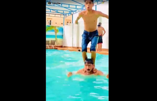Brincadeira na piscina