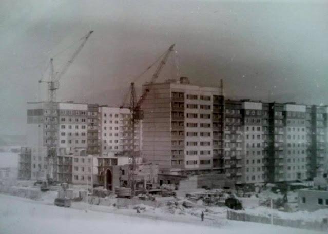 """Середина 1980-х годов. Плявниеки. Ulbrokas iela. Идет строительство жилого дома и магазина """"Tionis"""" (ныне - """"Super Netto"""")"""