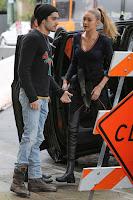2017-02-07 ジジ・ハディッド(Gigi Hadid)ロサンゼルスにて、恋人ゼイン・マリク(Zayn Malik)と散歩を楽しんだ後、オフィスビルへ。